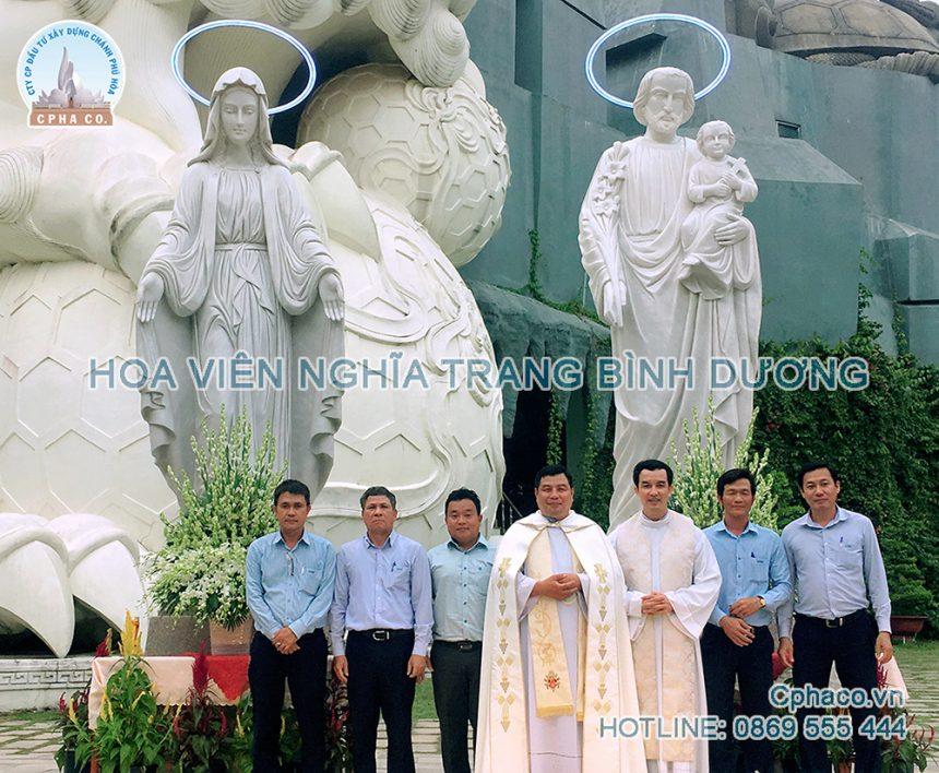 Các linh mục làm lễ an vị Gia đình thánh gia