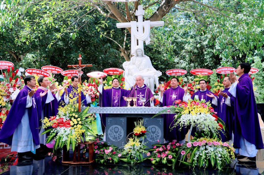 An vị tượng Đức mẹ Maria trong Khu mộ cao cấp Công giáo